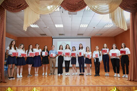 Красные дипломы для 9-х классов и вся церемония вручения аттестатов