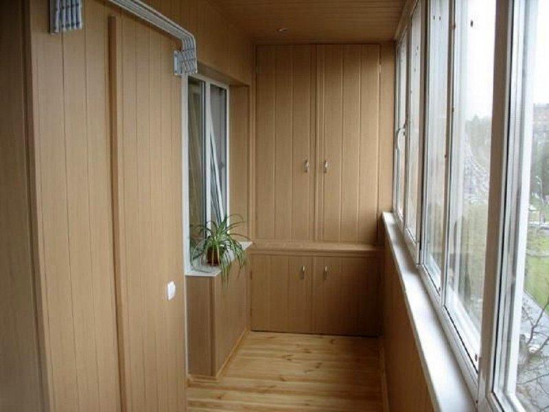 Коричневый шкаф как продолжения балкона, вход на который куп.