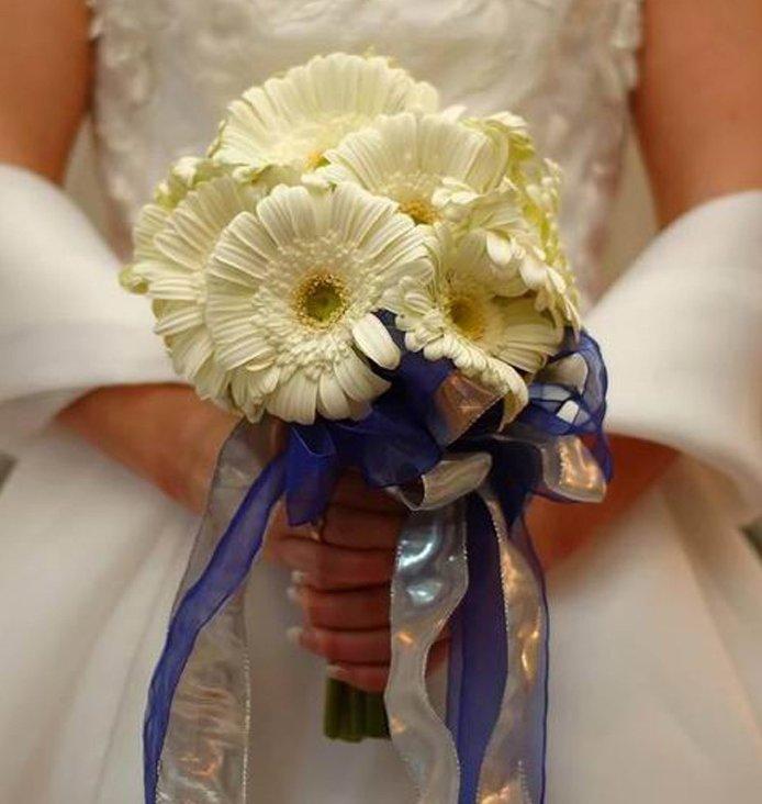 Букет невесты с синей лентой, цветы
