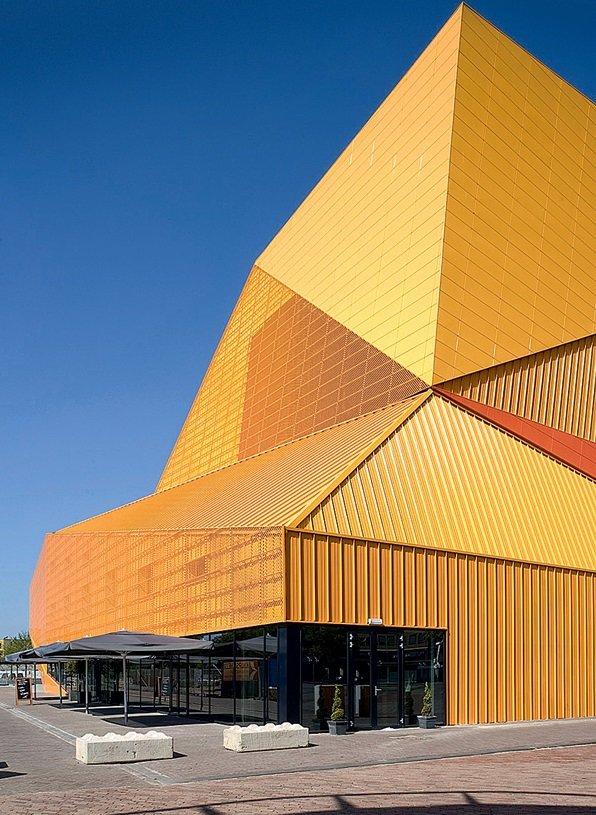 Многогранная конструкция голландского архитектора Адриана Гёзе похожа на космический корабль снаружи и калейдоскоп внутри. Внешние грани играют золотом, внутренние — окрашены в разные цвета и рождают оптические иллюзии.