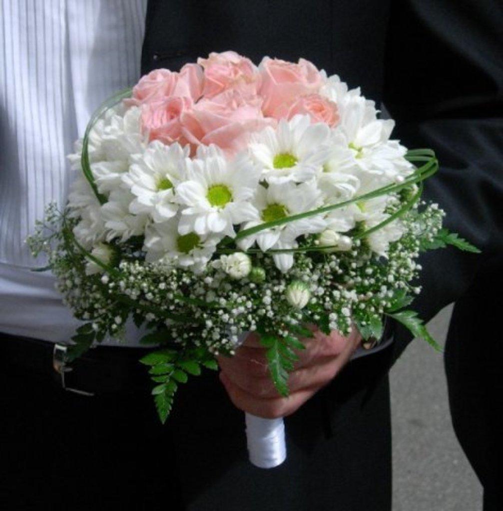 Свадебный букет невесты из кустовых роз и хризантем