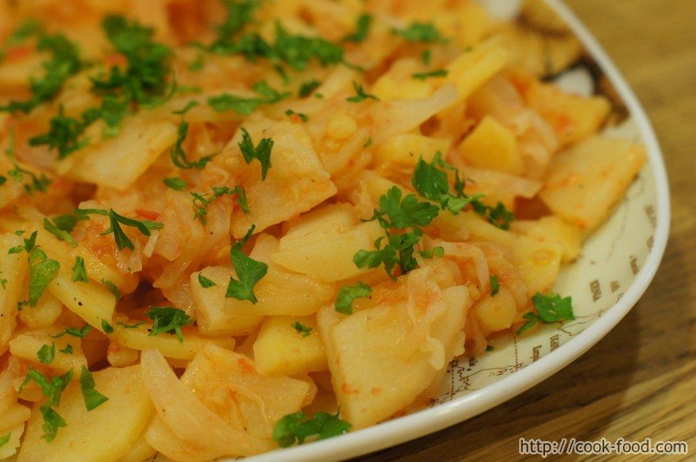 тушеная капуста с картошкой и помидорами