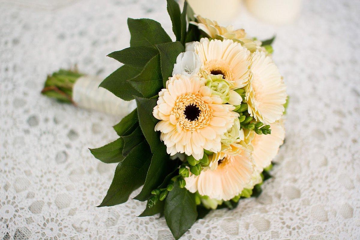 Букет невесты с добавлением хризантем и герберы