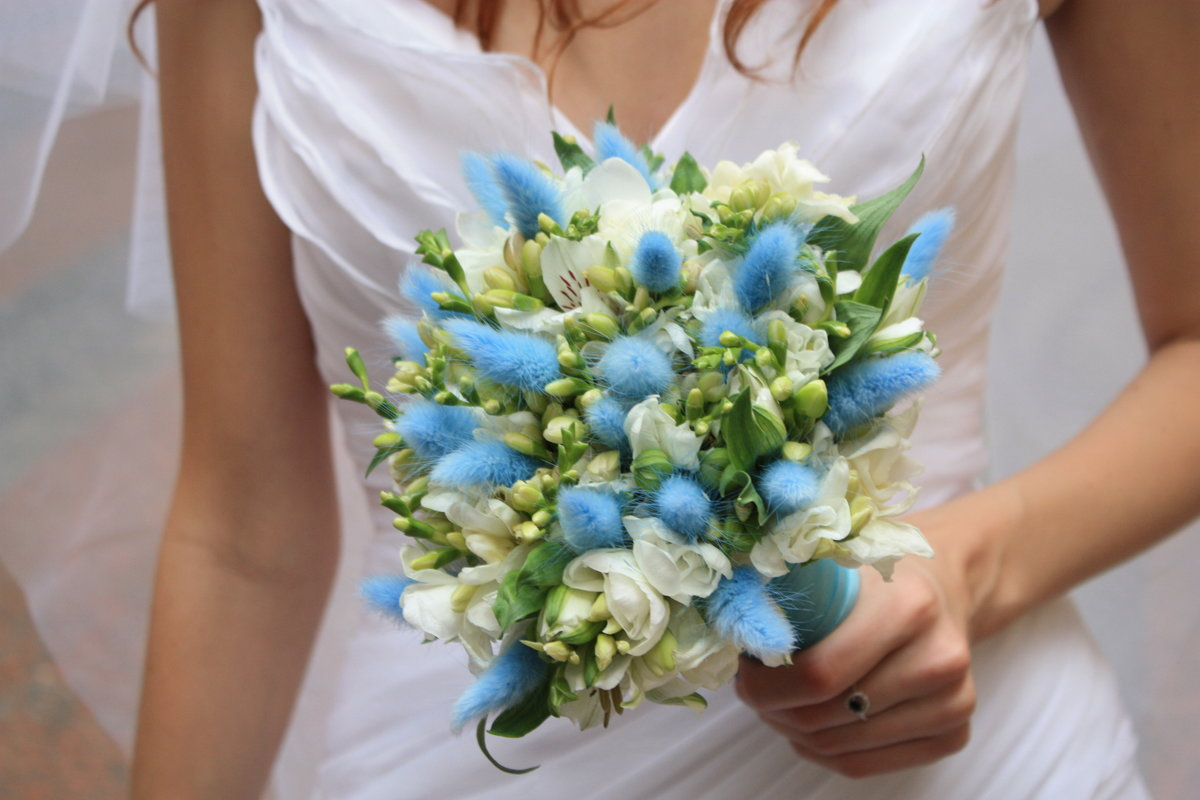 Букет из синей фрезия свадебный
