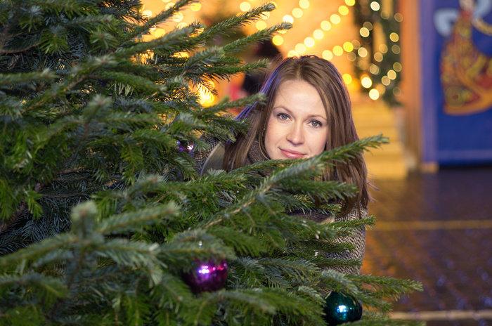 как красиво сфотографироваться сидя около елки лишь