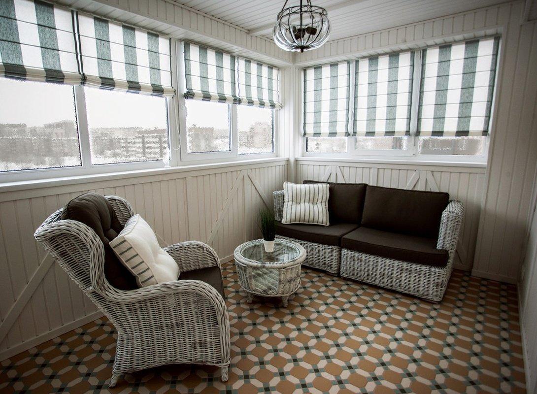 Балкон в бежевом цвете. диван и кресло на балконе. балкон от.