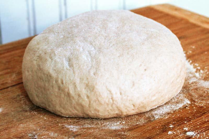 Слегка вымесив тесто, делаем в нем углубление — наливаем в него оливковое масло и добавляем соль.