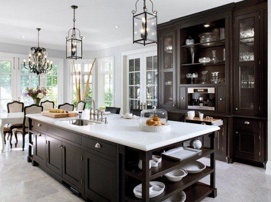 в классическом дизайне кухня в коричневом цвете с функциональным островом с множеством шкафчиков, ящиков, полок и мойкой