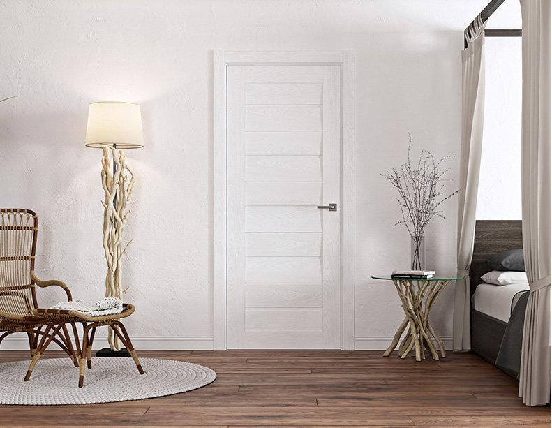 белые межкомнатные двери и коричневый пол в интерьере квартиры
