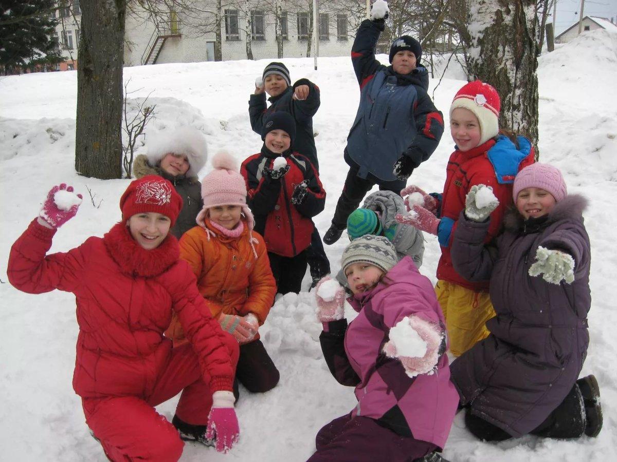 Картинки дети играют на улице зимой