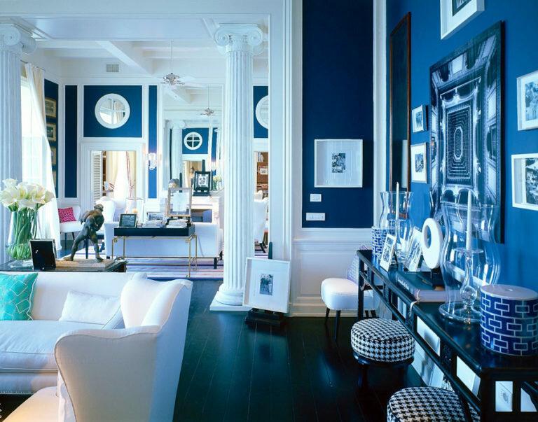 Синий цвет, разбавленный принтами в интерьере гостиной