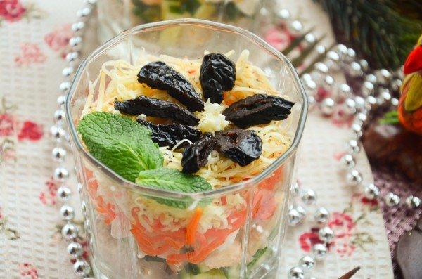 Свежие помидоры – 2 штуки, две-три столовые ложки майонеза, консервированная кукуруза — 3 ст л, маслины без косточек, свежий огурец.