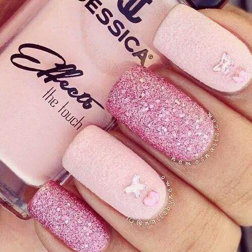 Яркий и стильный розовый маникюр