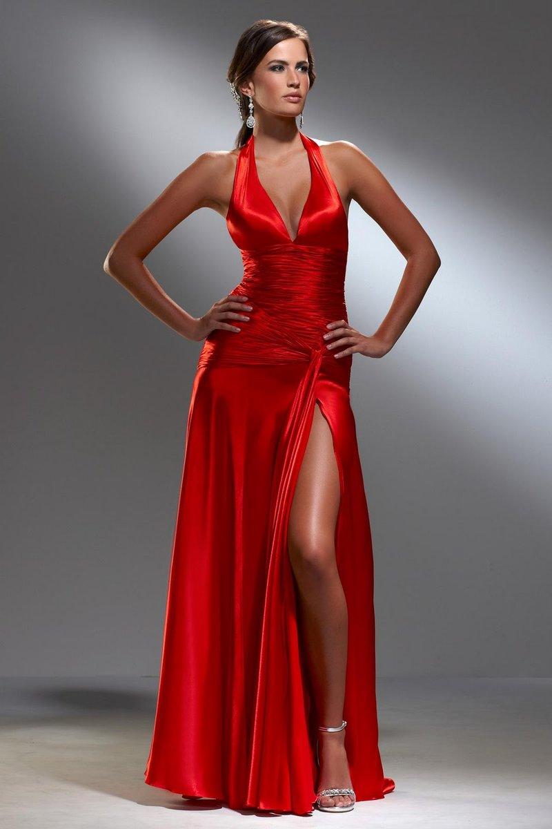 Платье с глубоким декольте и разрезом