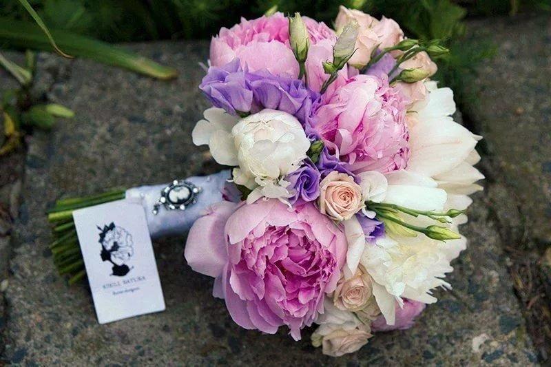Сиреневый букет невесты с пионами