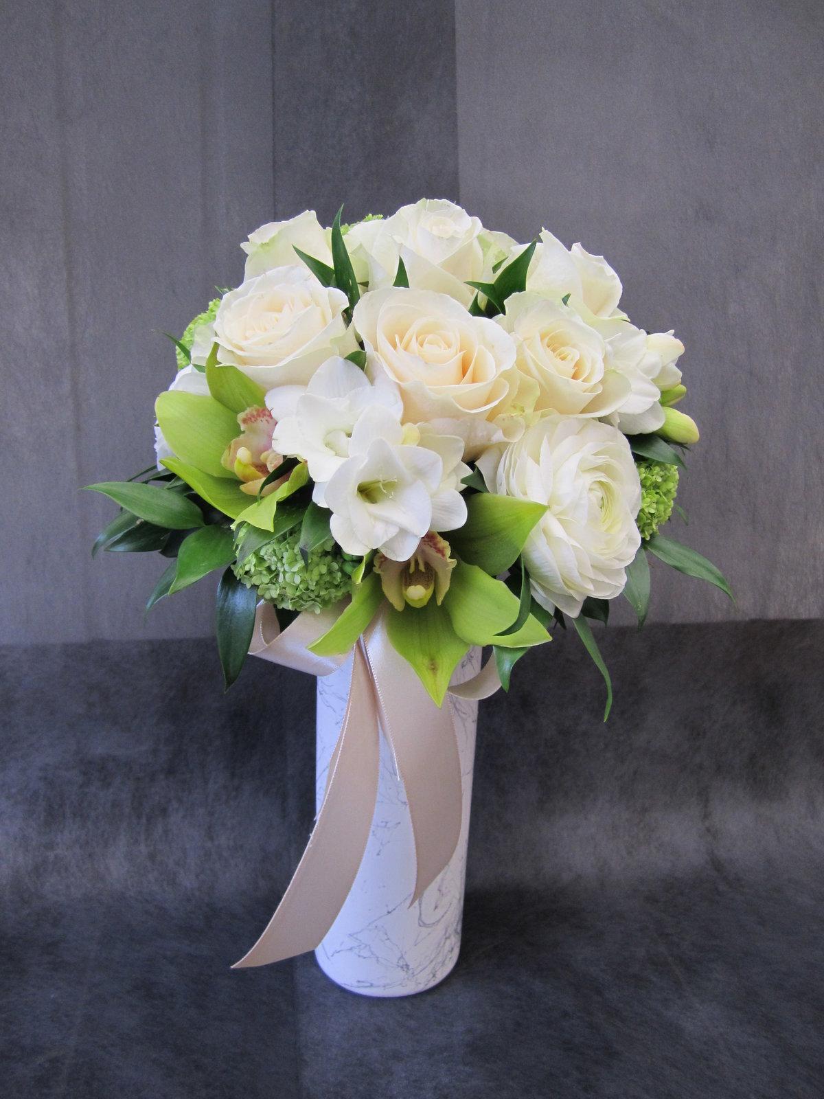 Свадебный букет букет из фрезий и роз