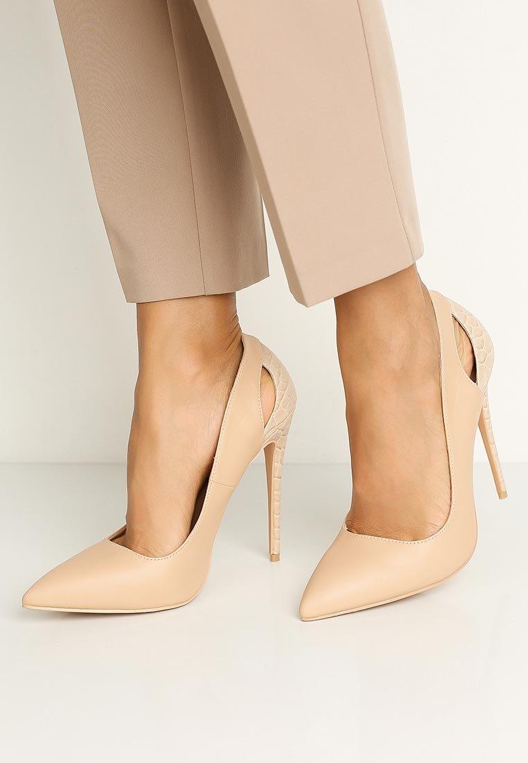 аукцион красивые бежевые туфли фото обычно одет