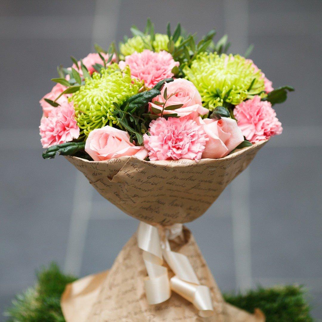 Дизайнерские букет из гвоздик и роз, цветов