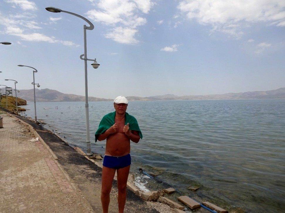 Георгий Янушевич на озере Эрчек. Был горячий суховей, я раз пять ходил купаться.