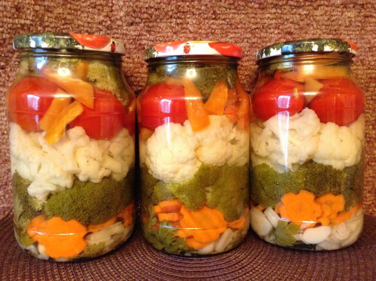 Капусту нашинковать соломкой, перец и помидоры нарезать небольшими брусочками.