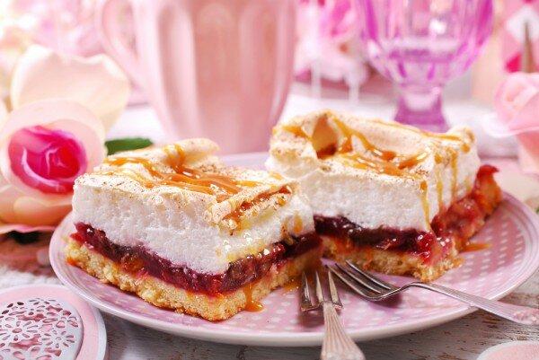 Простой, но невероятно вкусный осенний пирог со сливовой начинкой и меренгой.