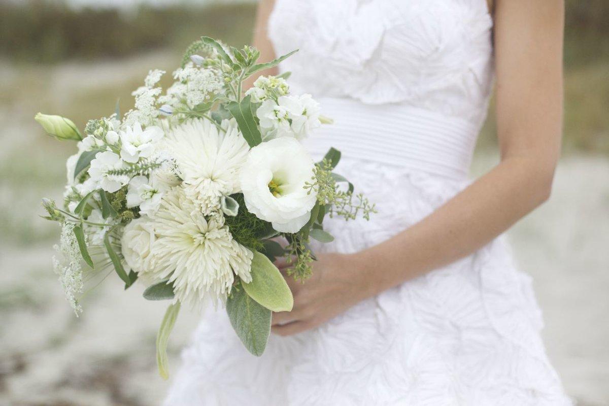 Свадебный букет в белой калитве, подарить день