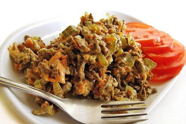 При добавлении солёных огурчиков и печени блюдо приобретает неотразимый нежный вкус.