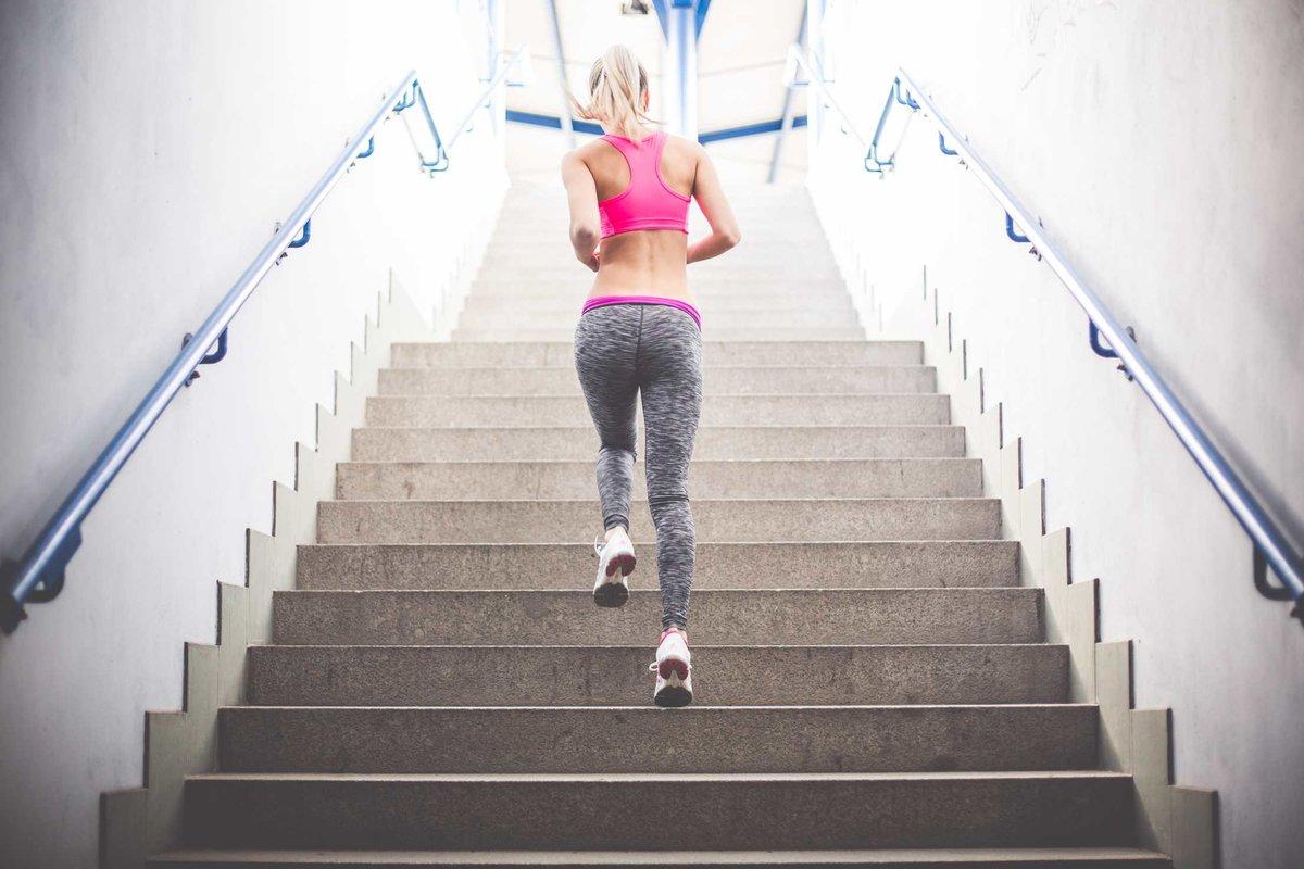 Картинки девушка поднимается по лестнице вид сзади