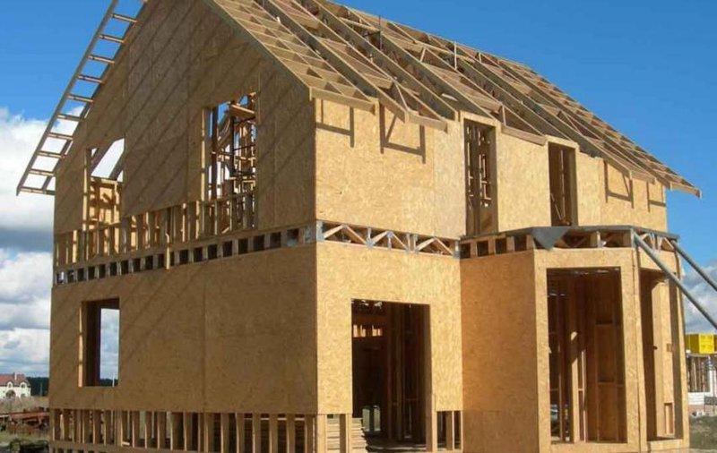 Габариты доски каркаса определяются исходя из площади постройки, высоты потолков, этажности, и, конечно же, климата. Чаще всего это доска 3-5 см на 10-20 см. Доски крепят по вертикали через 0,5 м и по горизонтали через 0,4-1 м и получаем ячеистый каркас. Далее устанавливаем раскосы для укрепления конструкции и придания ей жесткости.