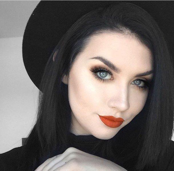 фото девушки с чёрными волосами и голубыми глазами