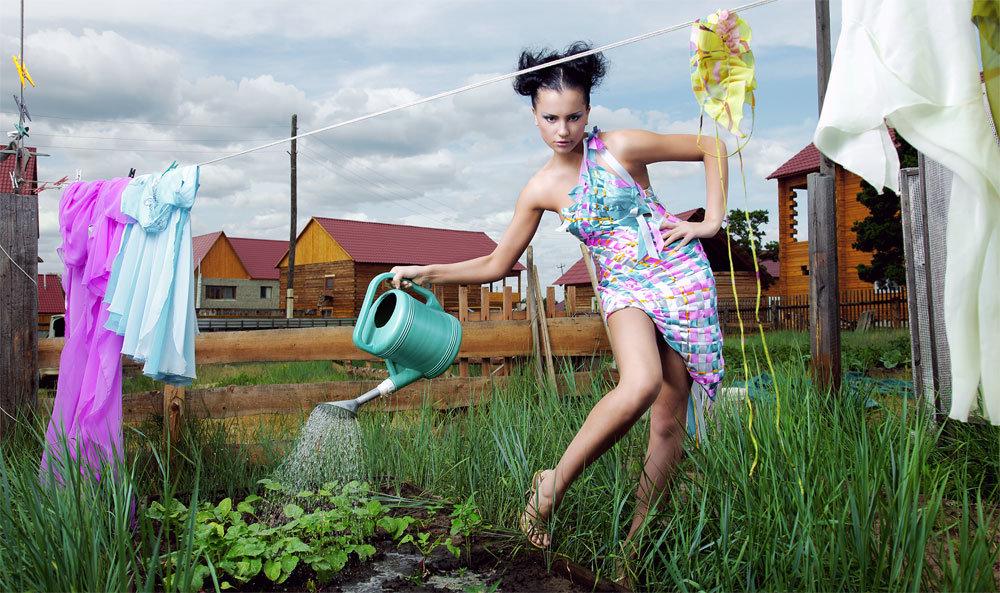 девушки в саду развлекаются предлагаю
