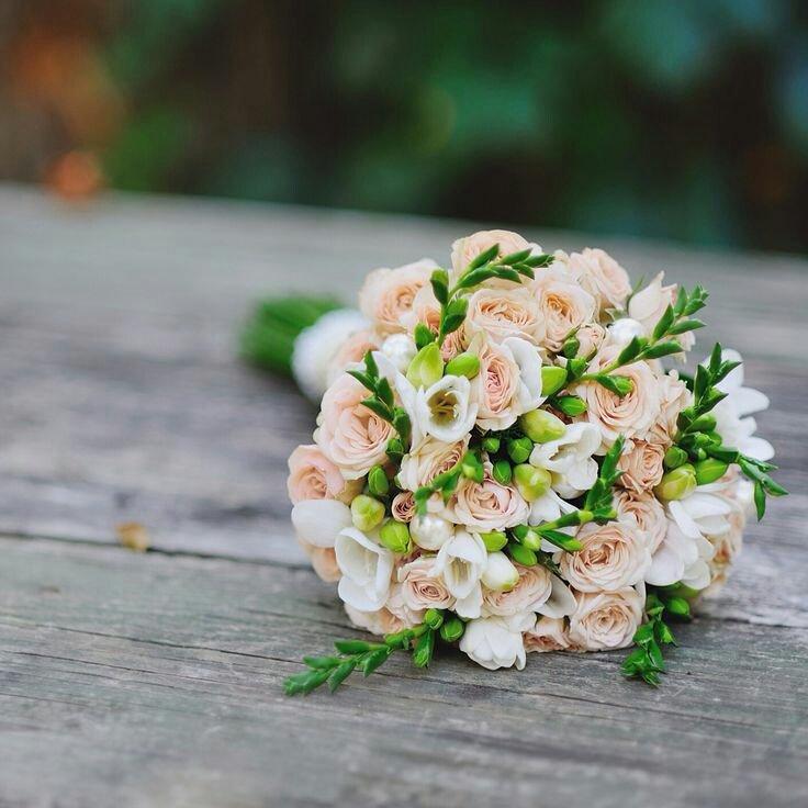 Букеты с фрезией для невесты розы