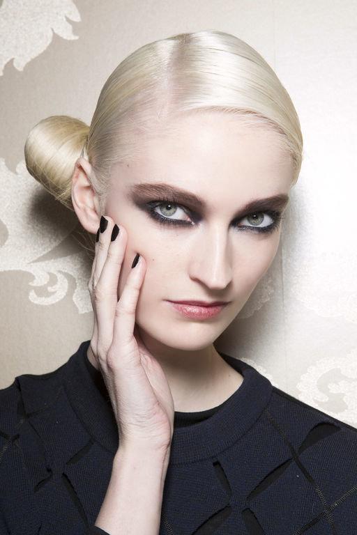 Для макияжа смоки айс голубоглазым блондинкам можно выбрать любые оттенки синих теней