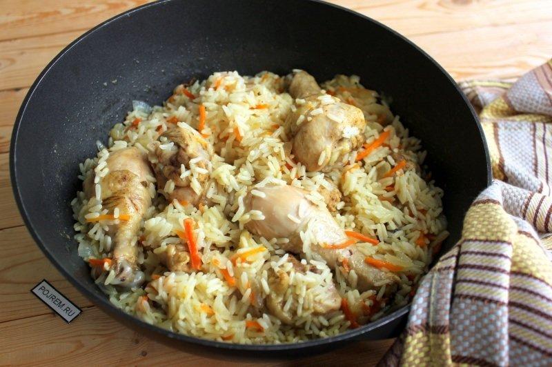 Рис, куриные окорочка, морковь, лук репчатый, чеснок, соль, зира, масло растительное.