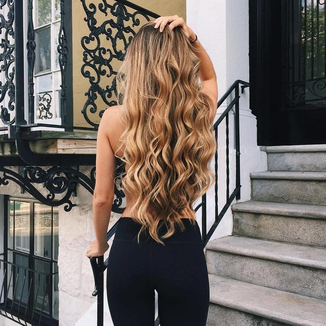 девушка с длинными светлыми волосами сзади загорают пляжам