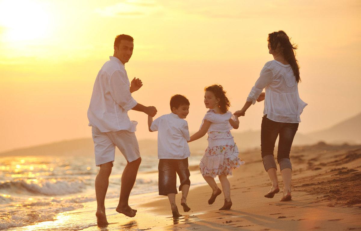 переднем фото на рабочий стол семья возле моря вперёд