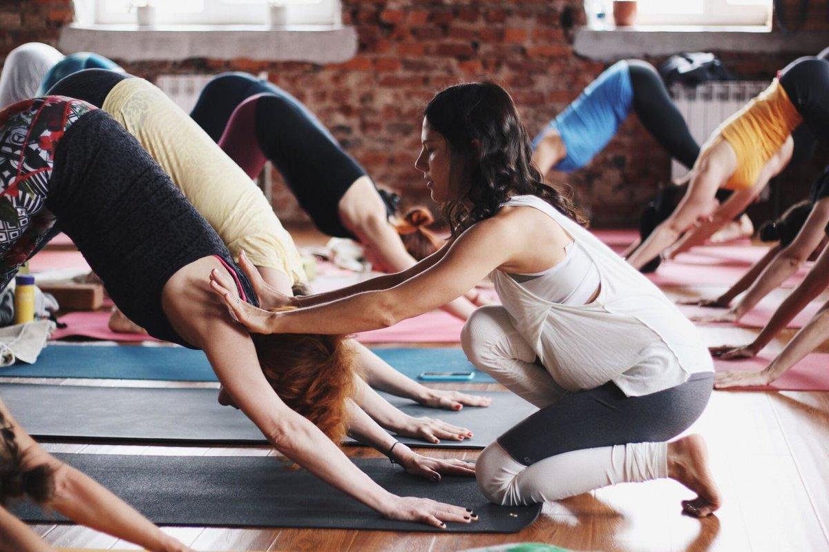 первое занятие по йоге тренер я картинки могут видеть