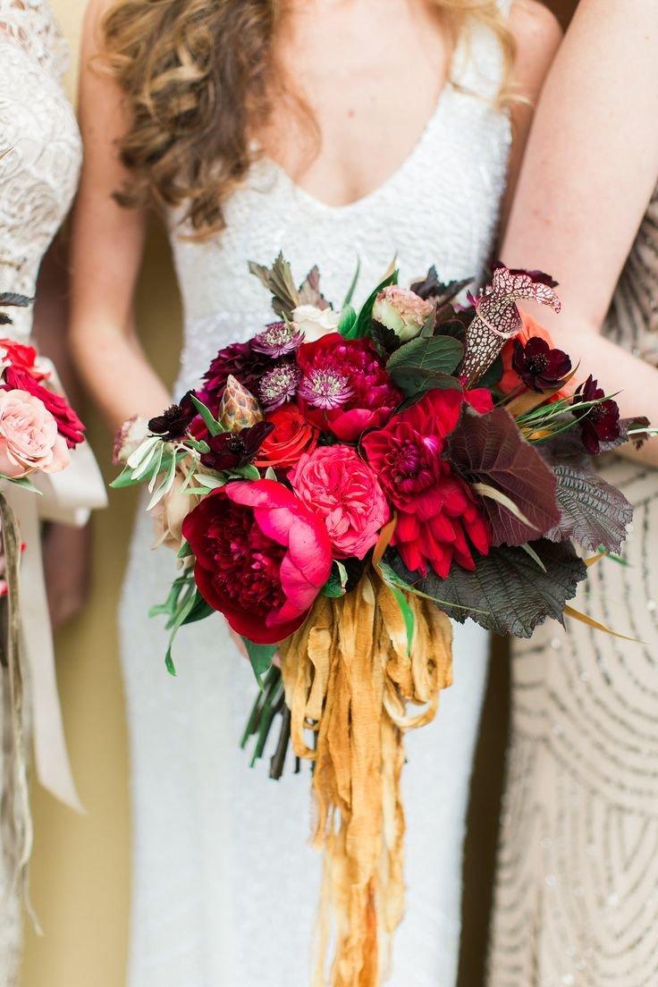 Букет невесты яркого цвета марсала