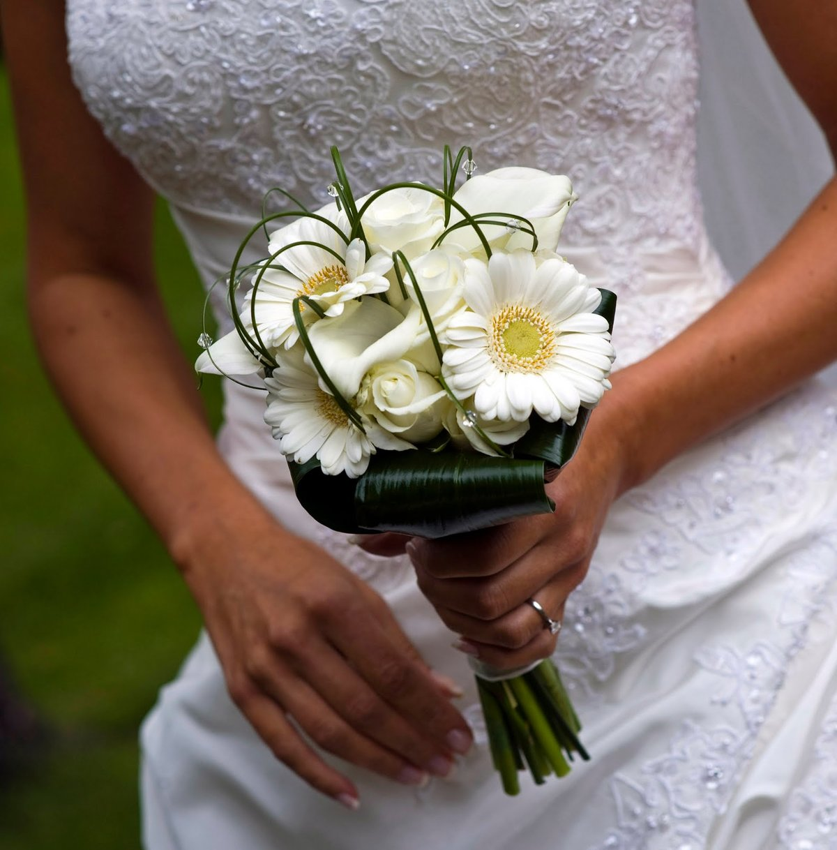Цветы, скромные свадебные букеты