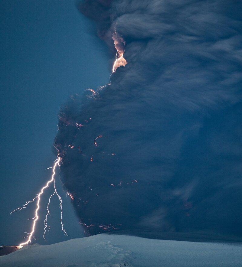 Наиболее мощные разряды молний вызывают рождение фульгуритов – полых трубочек-цилиндров из расплавившегося песка. Самые крупные из найденных фульгуритов составляют более 5 метров в длину.