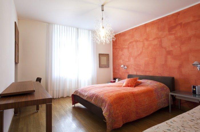 разбить варианты отделки классической спальной комнаты обоями покраской молдингом купить