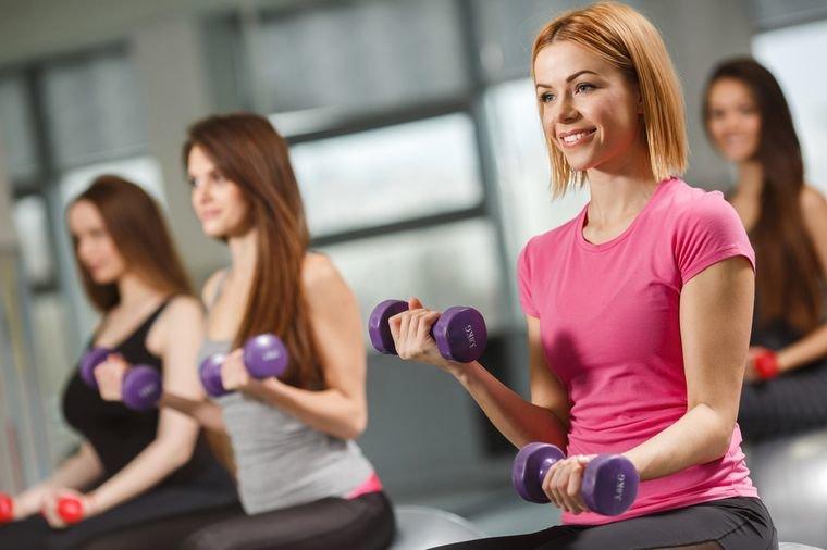 Индивидуальный подход. Даже если диеты и другие спортивные нагрузки не приносят желаемого результата при похудении, можно быть уверенным: цель будет достигнута, потому что методика учитывает скорость обмена веществ, соотношение мышечной и жировой ткани и динамику изменений. Придание телу мягкости и упругости, не отягощённой жёстким рельефом. Систематизация питания, которая приобретает постоянный характер. Шейпинг позволяет избавиться от проблем лишнего веса, нормализовать пищеварение, решить ряд проблем систем органов человека, что обеспечивает сохранение молодости и отличного самочувствия. Позволяет побороть комплексы и стать увереннее в себе. Малое количество времени, уходящее на шейпинг. В комплексе с диетическим питанием время тренировок составит 90–180 минут в неделю.