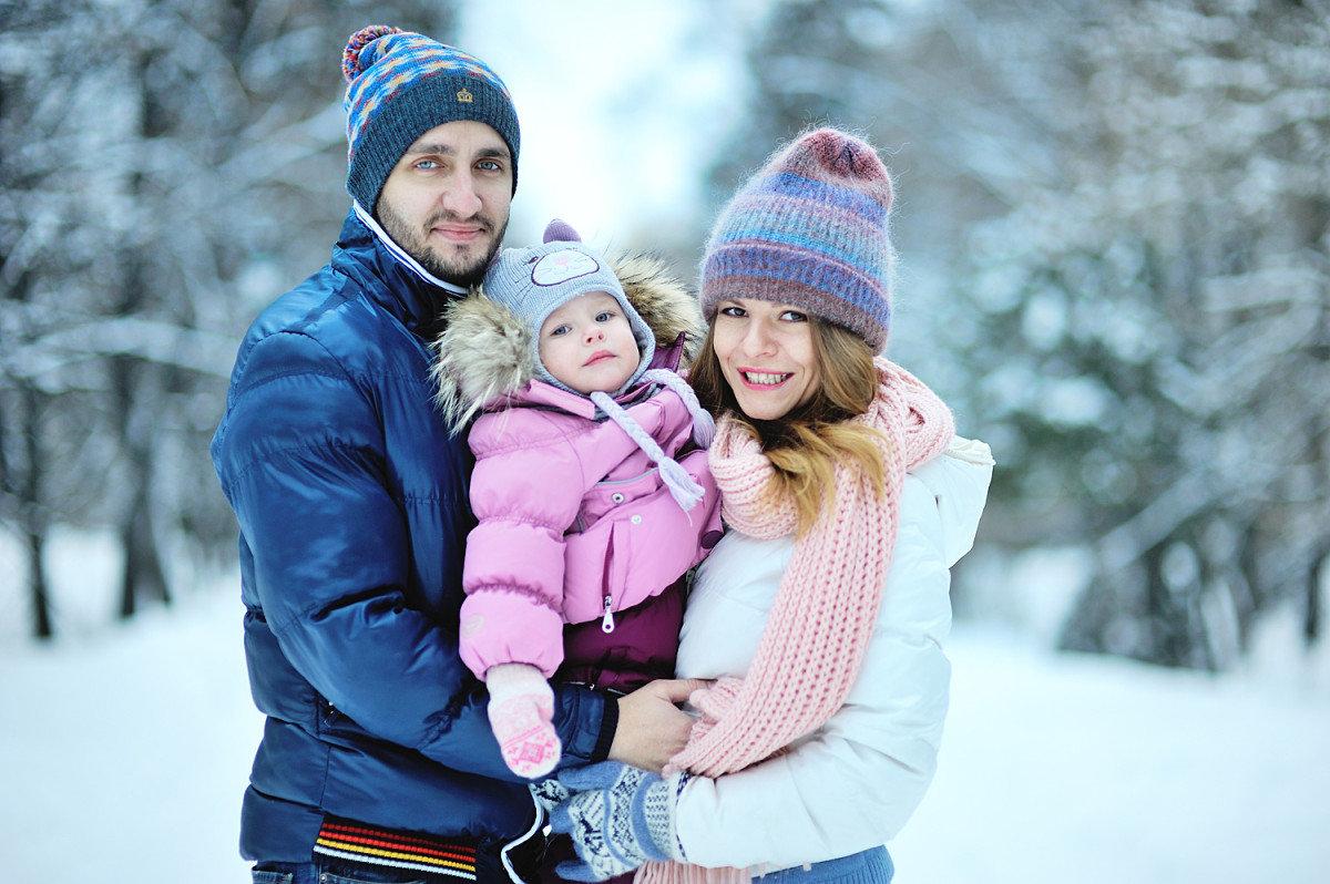 Фотосессия семьей на улице зимой идеи фото уже давно
