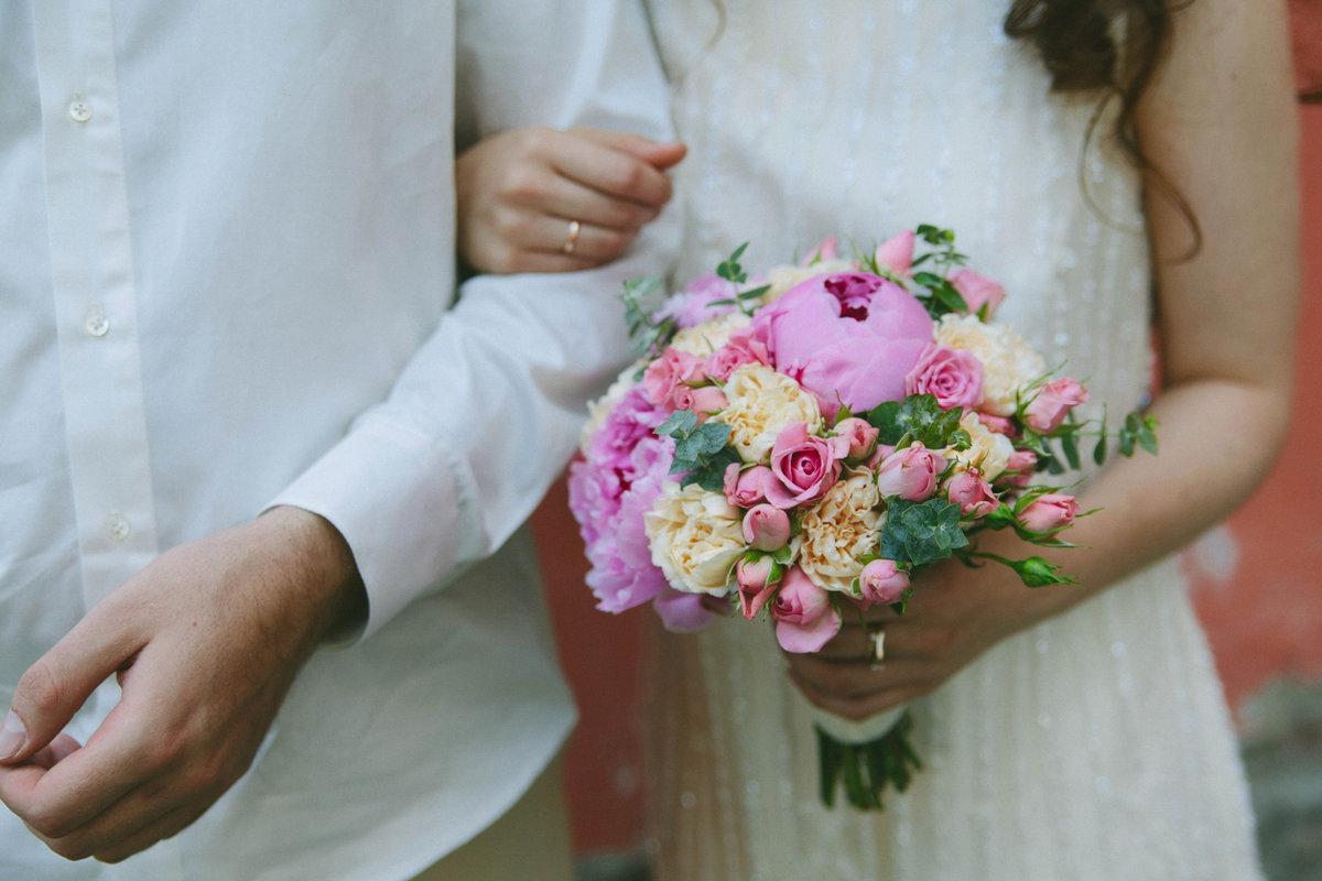 Нежный букет невесты из пионов и роз, про букет цветов