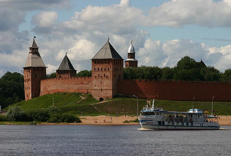Новгородский Кремль он же «Детинец» является центральной достопримечательностью Великого Новгорода.