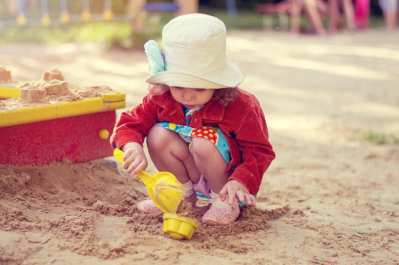 Картинка песочницы с малышами