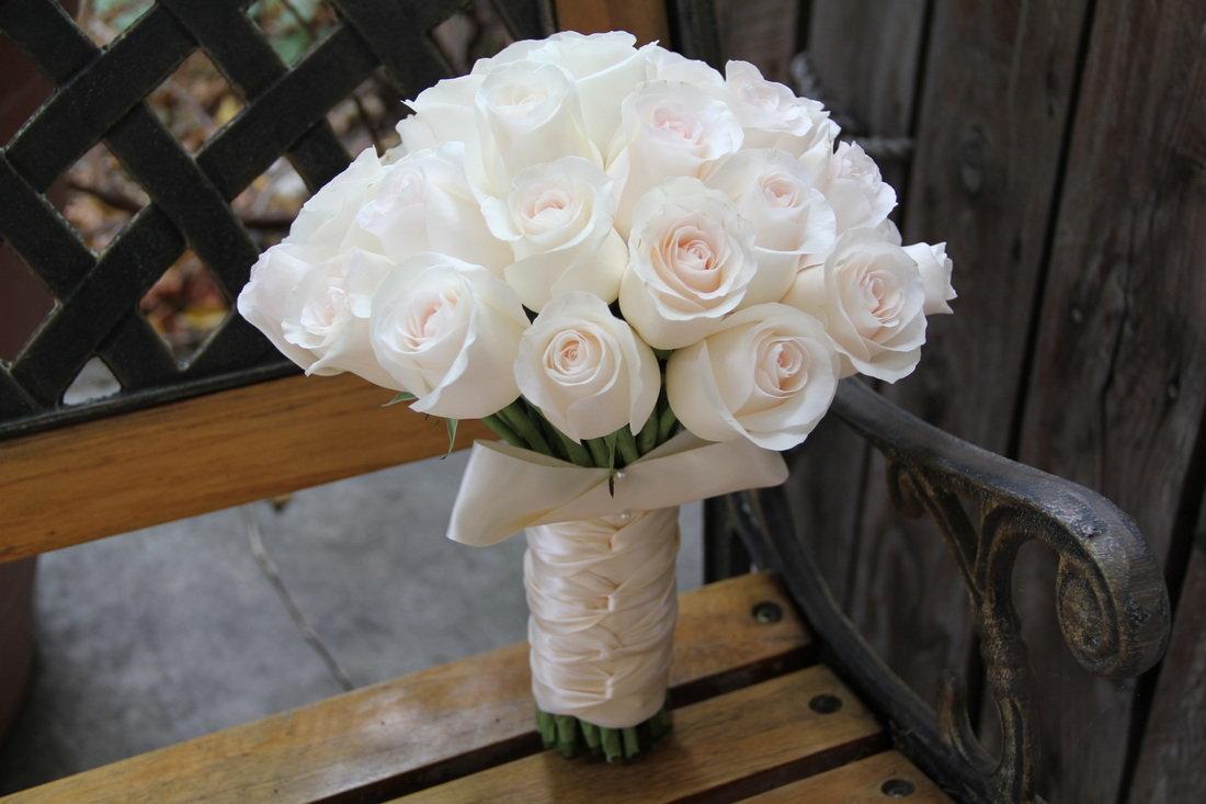 Свадебные букеты из белых роз для невесты