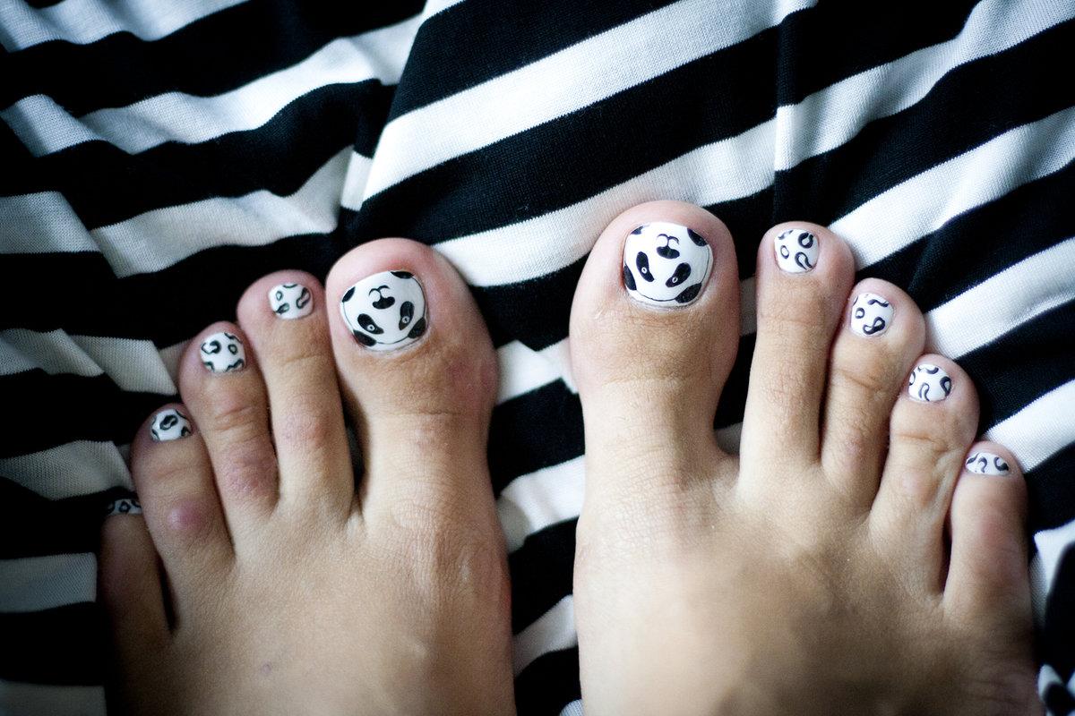 что рисунок на ногтях на ногах в картинках красная