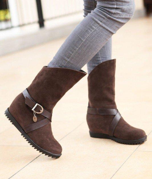 сапоги коричневые замшевые на ногах