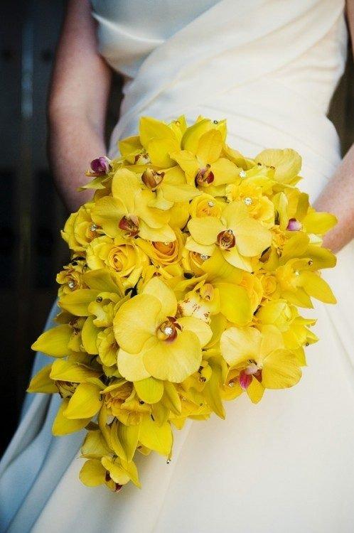 Желтый букет невесты каскадный из розы
